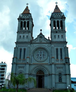 Igreja Matriz de Farroupilha. Duas torres de 49 metros nas laterais.
