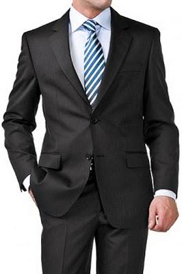 Clásica corbata de rayas con camisa blanca y traje gris
