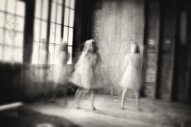 Отраженная в черно-белых фотографиях Кэролайн Хэмптон