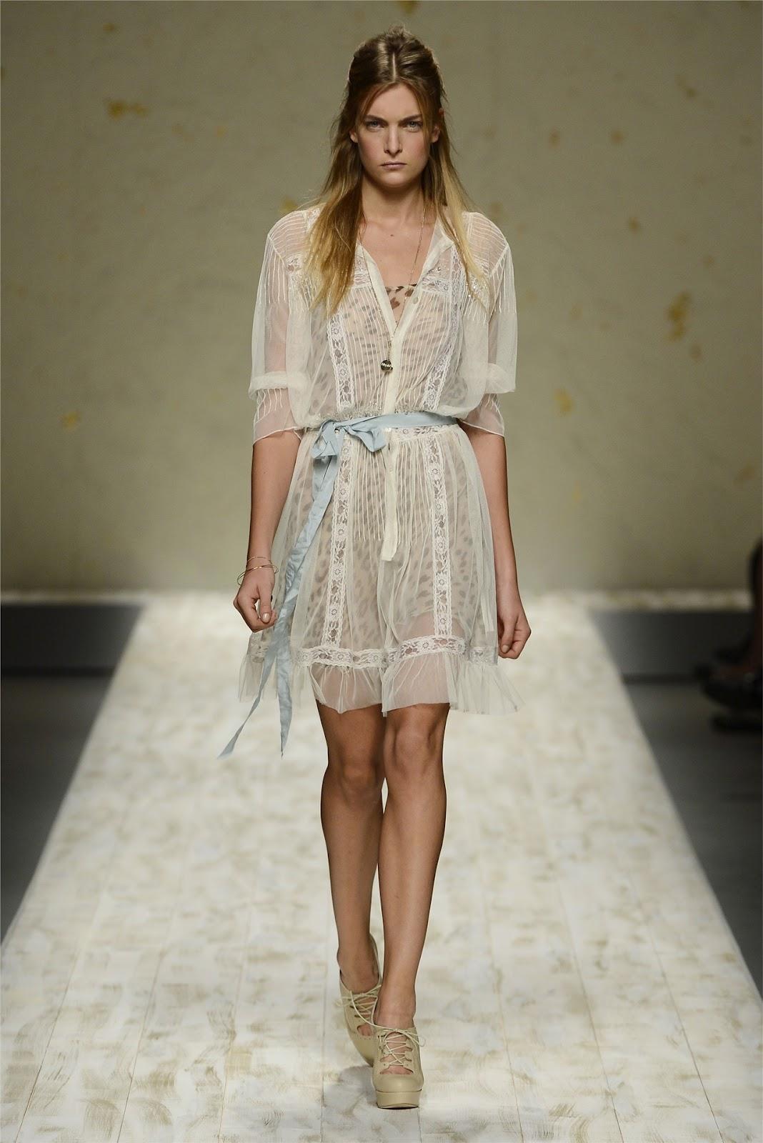 http://1.bp.blogspot.com/-TsFjJi1QxkA/UF74uYFmGHI/AAAAAAAANKA/CSqv6rziNfc/s1600/Milano+Fashion+Week+-+Blugirl+(Spring-Summer+2013)+2.jpg