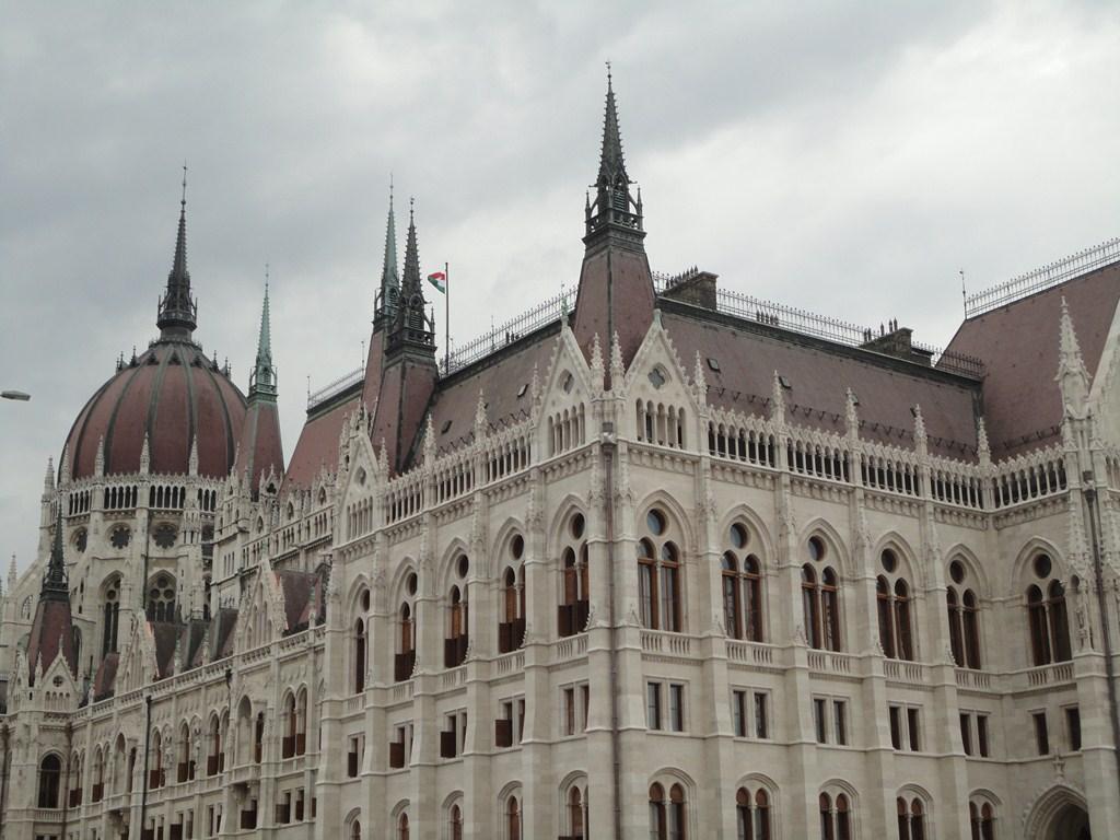 I viaggi di raffaella in visita al parlamento di budapest for Immagini del parlamento