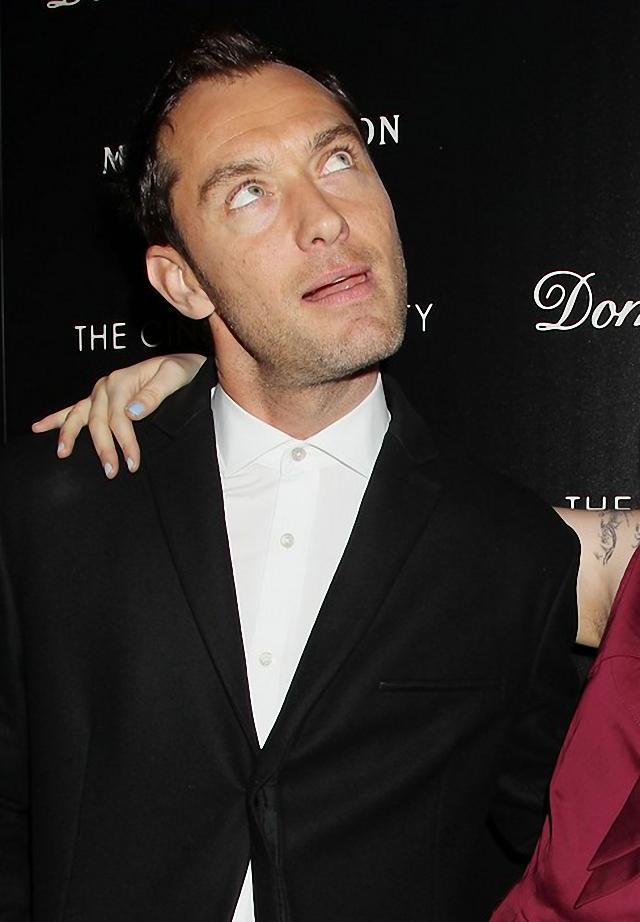 Jude Law hace raro gesto durante una visita al cine