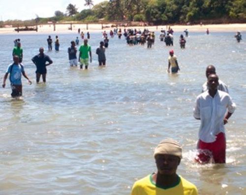 Moçambique - Inhaca: VIVER CERCADO DE ÁGUA