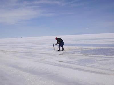 Trabajando la sal en el Salar de Uyuni