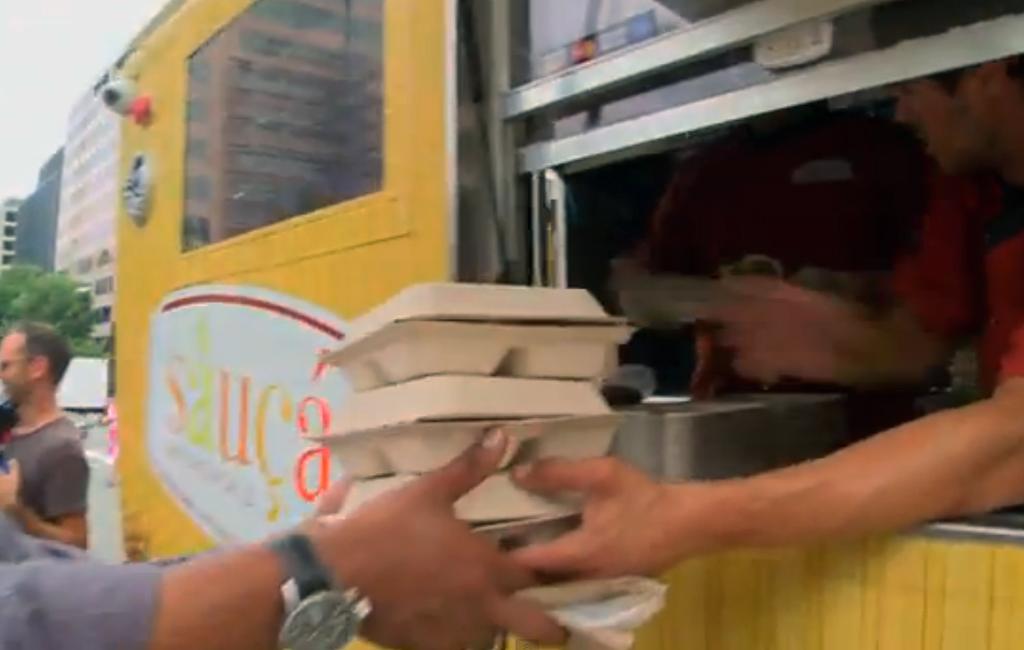 sirviendo la comida desde el camión