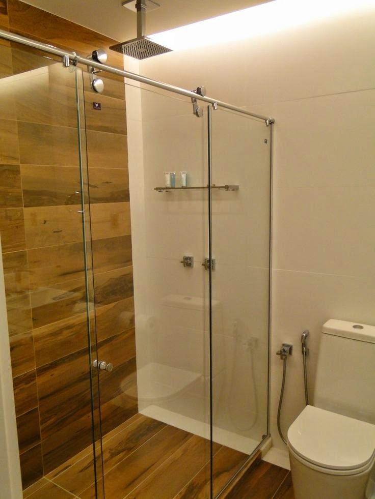 12 Banheiros e lavabos com porcelanato que imita madeira!!  Jeito de Casa   # Banheiro Com Piso Que Imita Pastilha