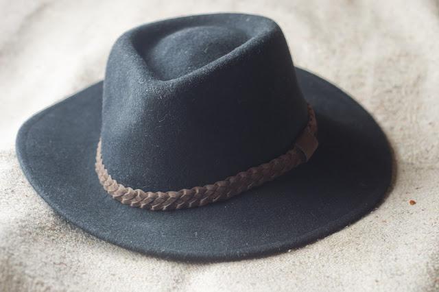 sombrero de invierno negro