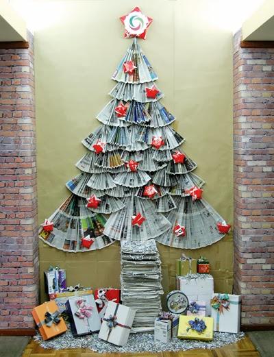Adornos navidenos hechos con papel de diario