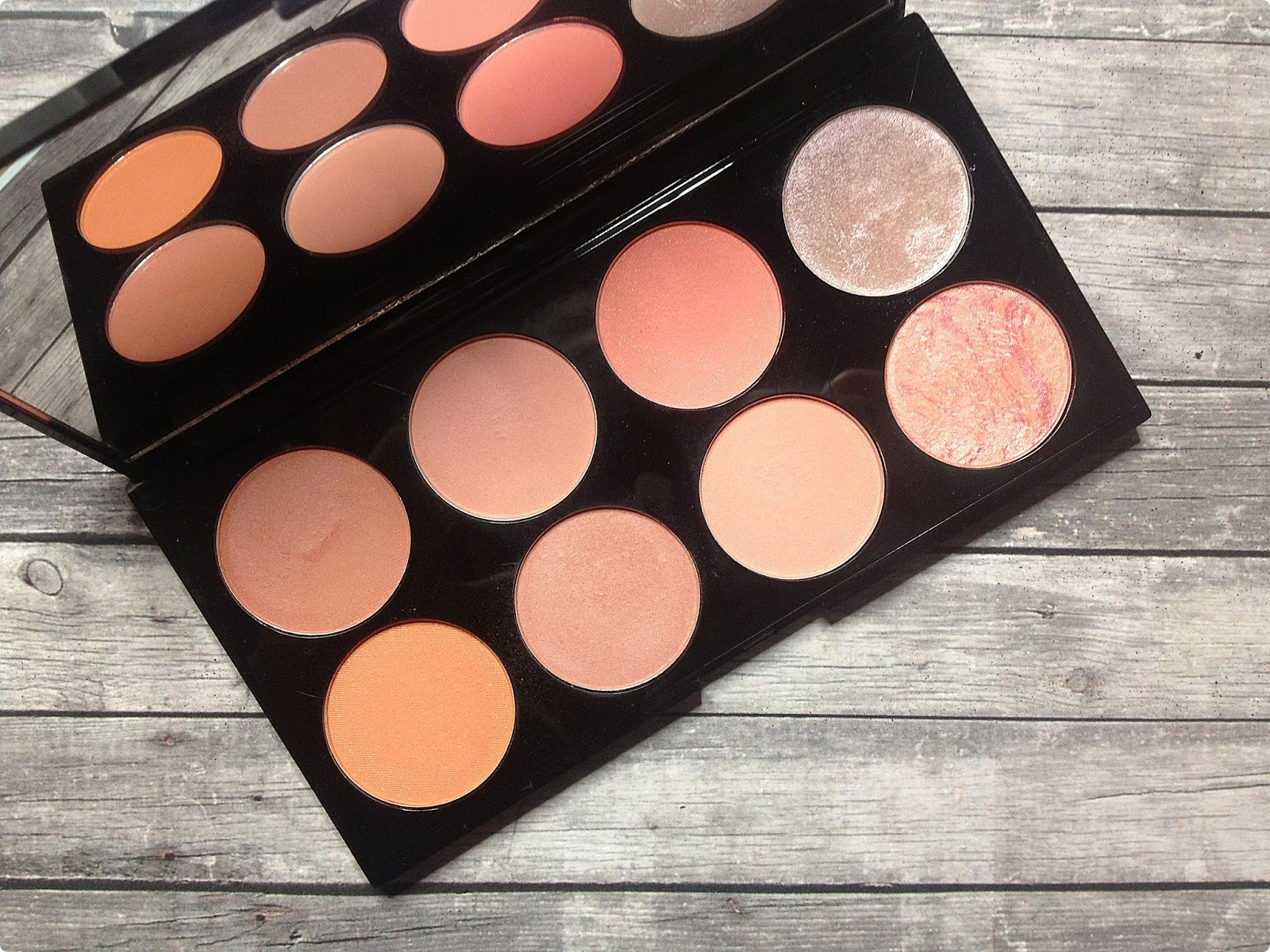 Paleta róży Hot Spice, Makeup Revolution