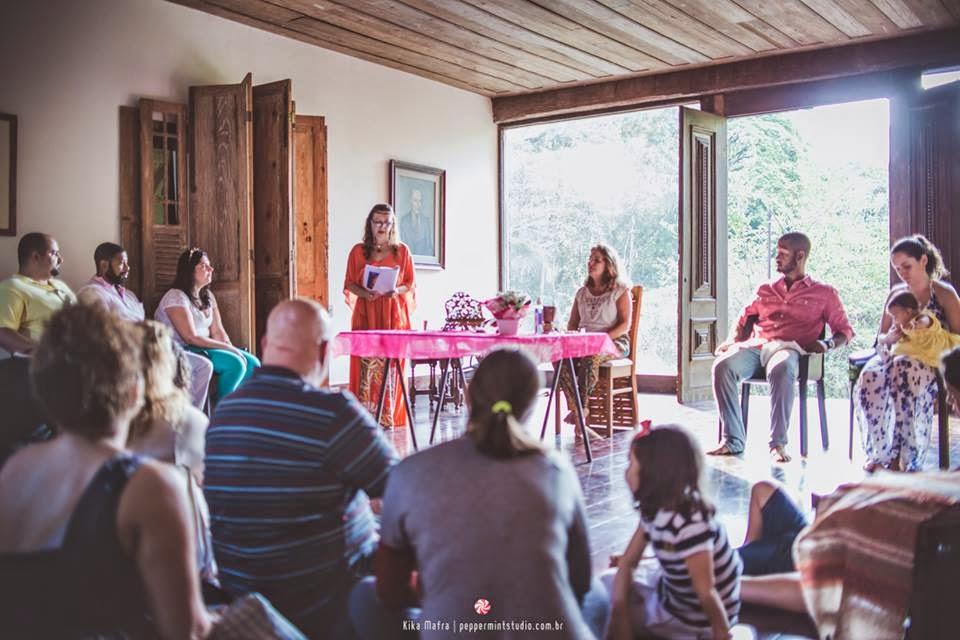 Celebração descontraída com amigos e parentes participando