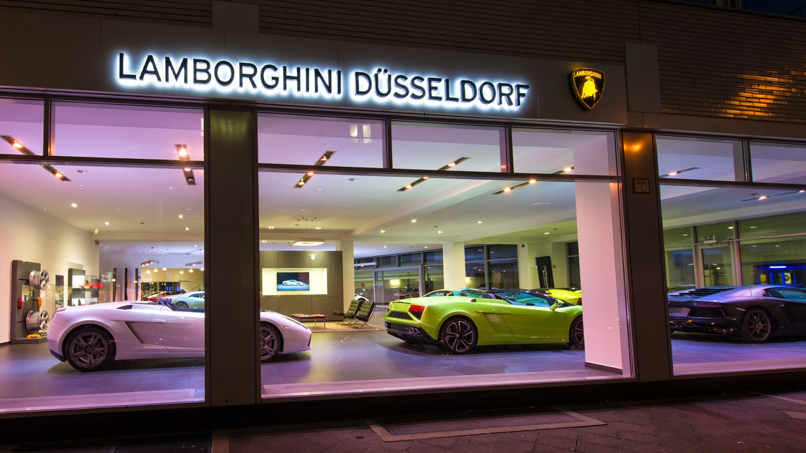 laurus fashionnews d sseldorf lamborghini in d sseldorf moll sportwagen er ffnet in der rather. Black Bedroom Furniture Sets. Home Design Ideas