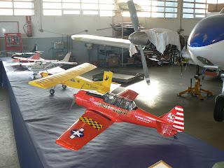 Grup de maquetes aeromodels a l'exposició per la Festa de la Patrona a l'hangar taller de l'Aeroclub.