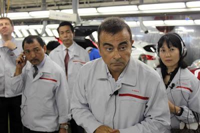 Carlos Ghosn na Nissan, em Kyushu, com sua equipe, respondendo a Jornalistas