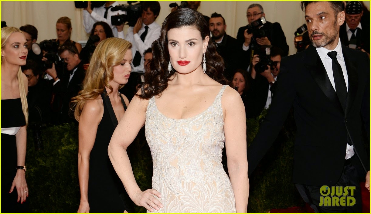 Idina Menzel Arrives Looking As Glamorous As Ever On The Red Carpet At