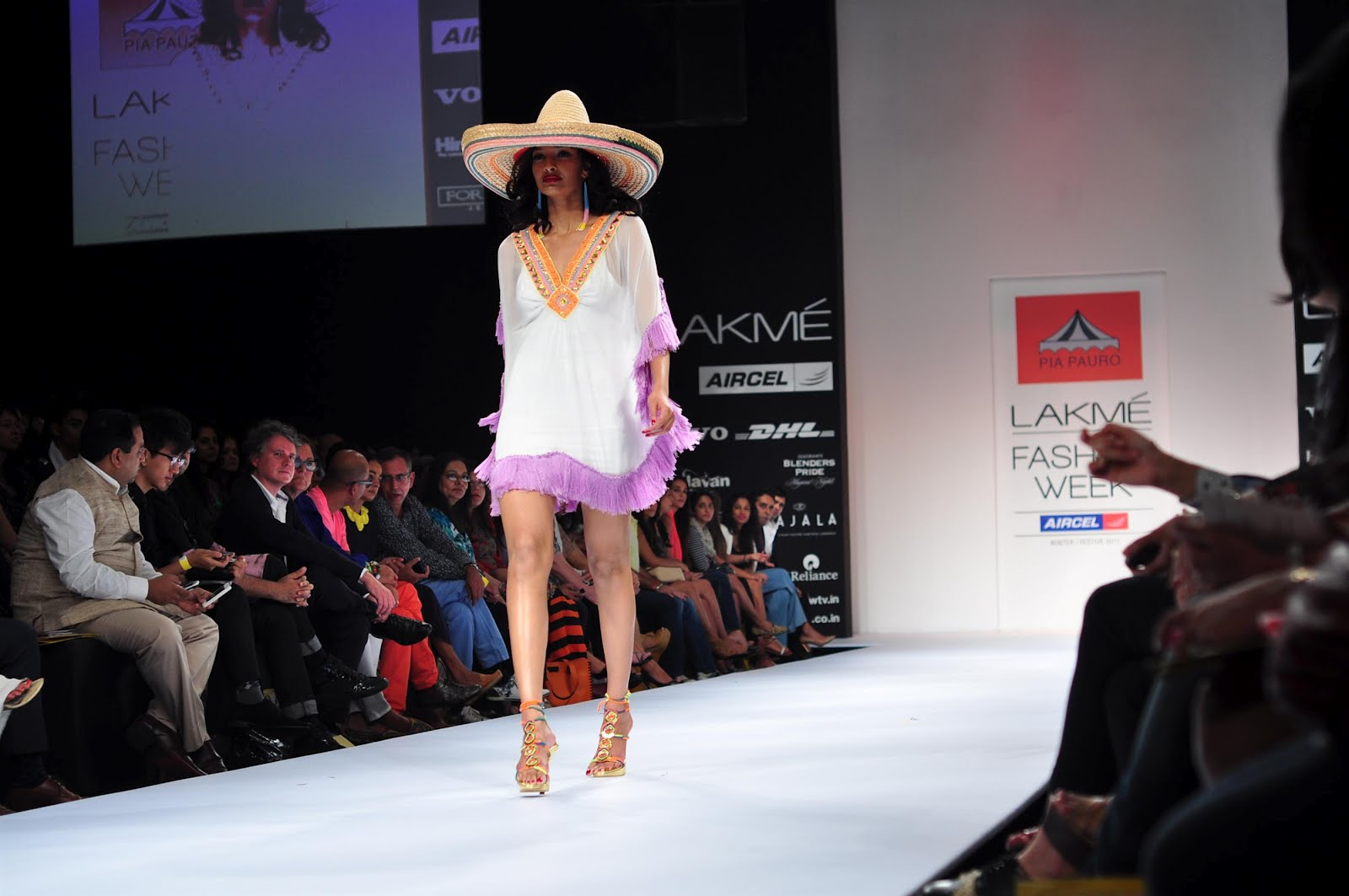 http://1.bp.blogspot.com/-Ty8QqOcEUB0/UB9tv39IWiI/AAAAAAAADVE/d7_d7Zw_R3I/s1600/Lakme-Fashion-Week-2012-Wallpapers-1.jpg
