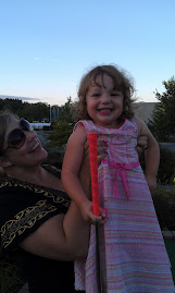 mommy jess helps greta at mini golf