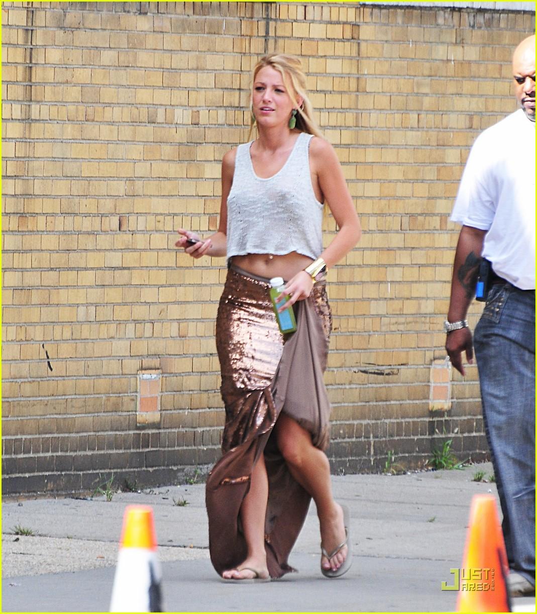 http://1.bp.blogspot.com/-TylytQ4OSIk/TkjEc8mujII/AAAAAAAAFQ8/hqqy4mbU3bg/s1600/blake-lively-leighton-meester-gossip-girl-in-queens-01.jpg