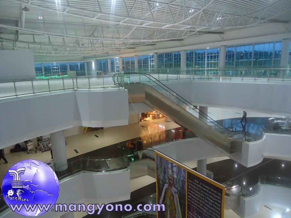 Bandara Internasional Sepinggan adalah bandara pertama di Indonesia yang memiliki konsep boutique mall. Jepretan 8/12/2014