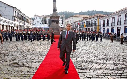 Governador de Minas Gerais, Fernando Pimentel, afronta os brasileiros ao comparar, em solenidade, o mártir da Inconfidência aos condenados do PT por práticas de corrupção