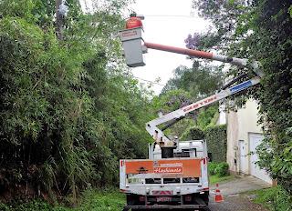Utilizando a cesta, eletricistas fazem reparo em iluminação na Rua Montanhas, em Quinta Lebrão.