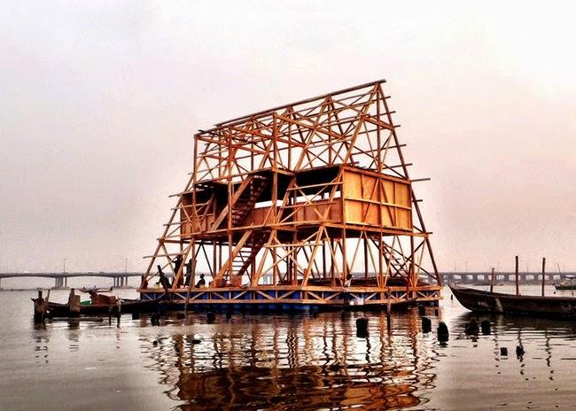 escuela flotante con bambu y madera