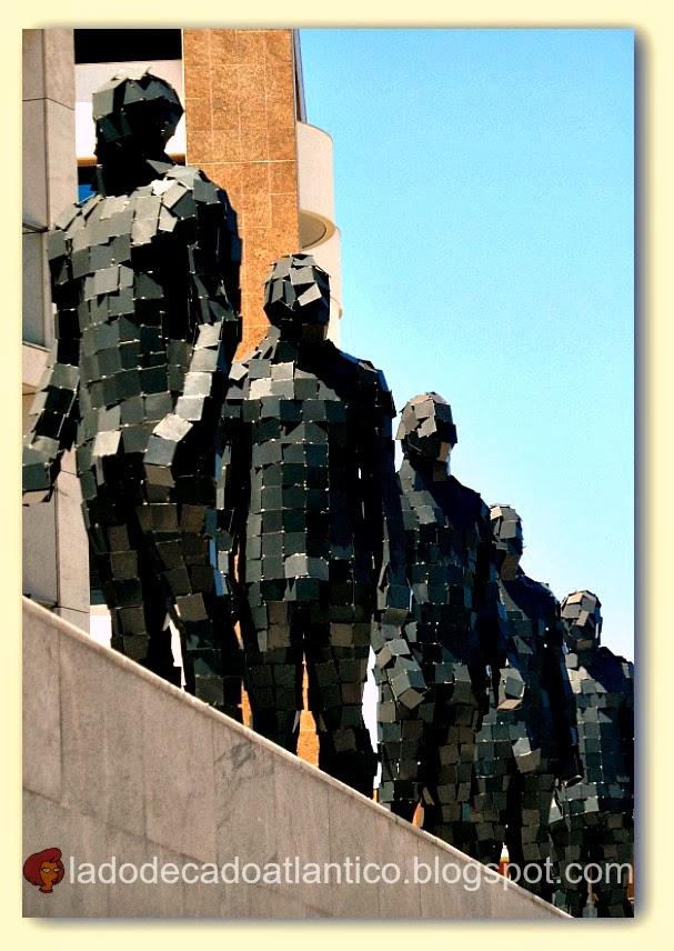 """Foto da obra """"Homem Muralha"""" de Pedro Pires, conjunto de 5 esculturas feitas de pequenos quadrados de ferro, Parque das Nações, Lisboa"""