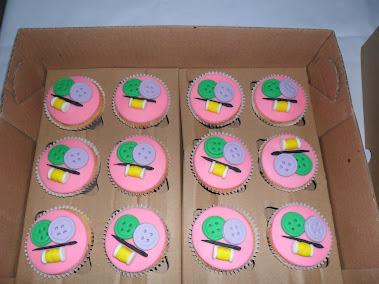 Cupcakes  botões, linha e agulha.