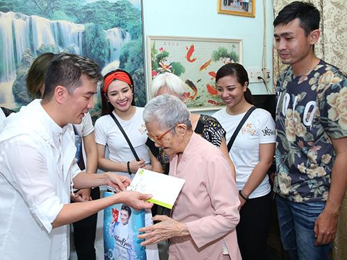 Cùng ngày 27/7, Đàm Vĩnh Hưng cũng dành thời gian đến thăm hỏi, tặng quà cho các gia đình thương binh liệt sĩ.