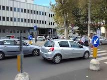 Quelle strisce pedonali e il parcheggio sono un pericolo