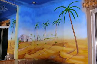 Dekoracja ściany w barze z kebabami, malowidło ścienne jako element wystroju.