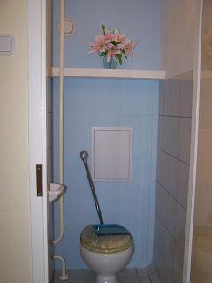 Gipszkarton WC hátlap panellakásban.
