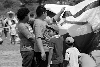 niños inflando globo de papel en oaxaca