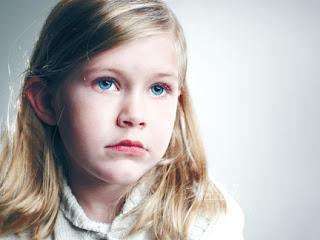 صورة بنت صغيرة جميلة اوي حزينة