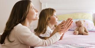 mae e filha orando