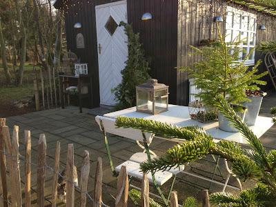 Fru pedersens have: velkommen på skurvognens terrasse.