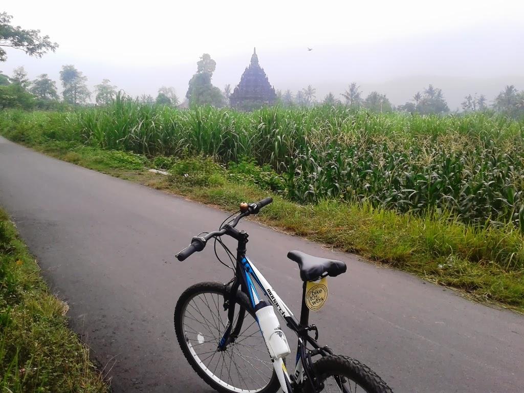 Sepeda dijalanan menuju Candi Sojiwan