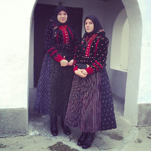 girls in traditional clothes Szek / Sic