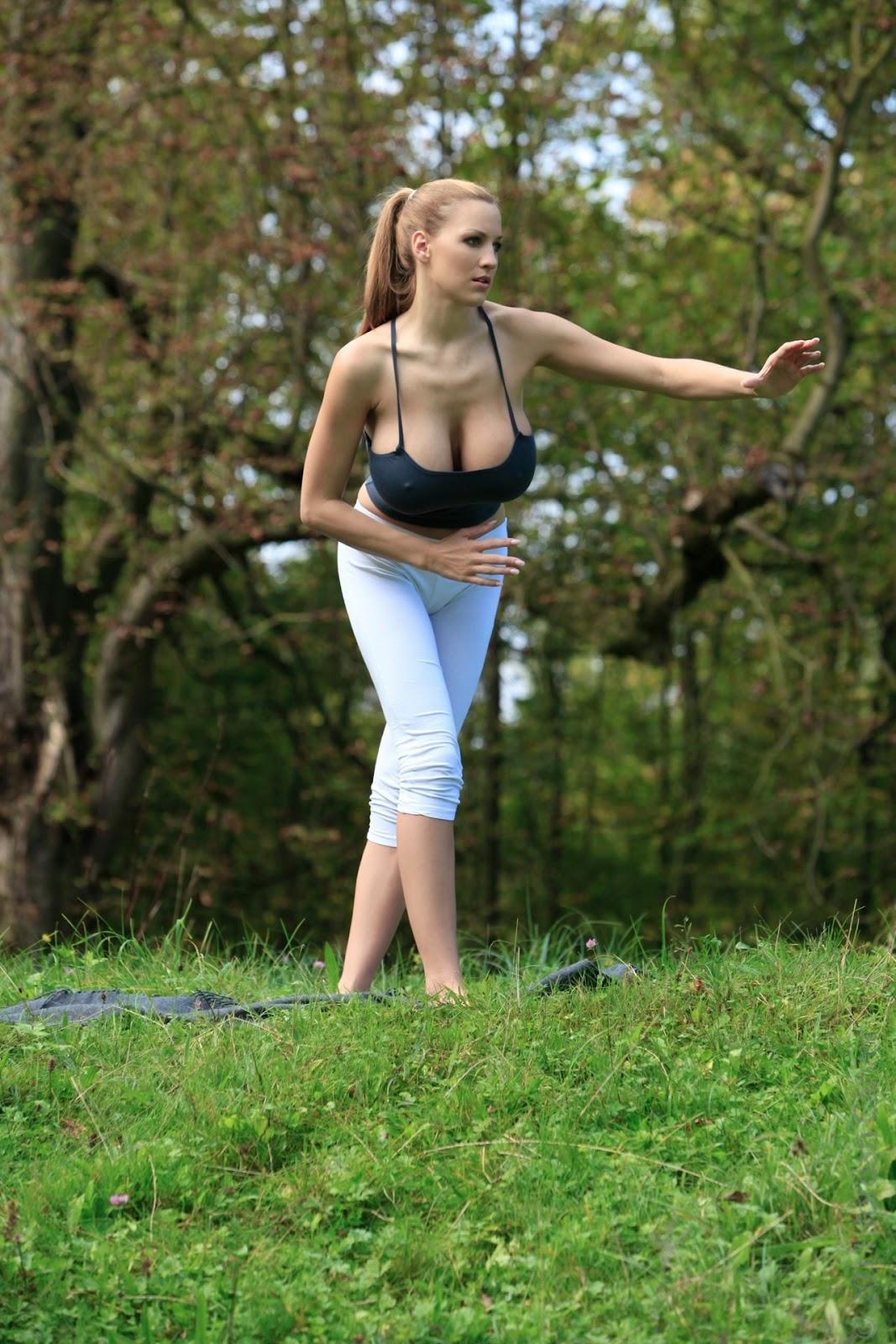 http://1.bp.blogspot.com/-U4-CNUugsEQ/T0OGT8nsFmI/AAAAAAAADcM/dDxio3Wj4go/s1600/Jordan-Carver-Yoga-44.jpg