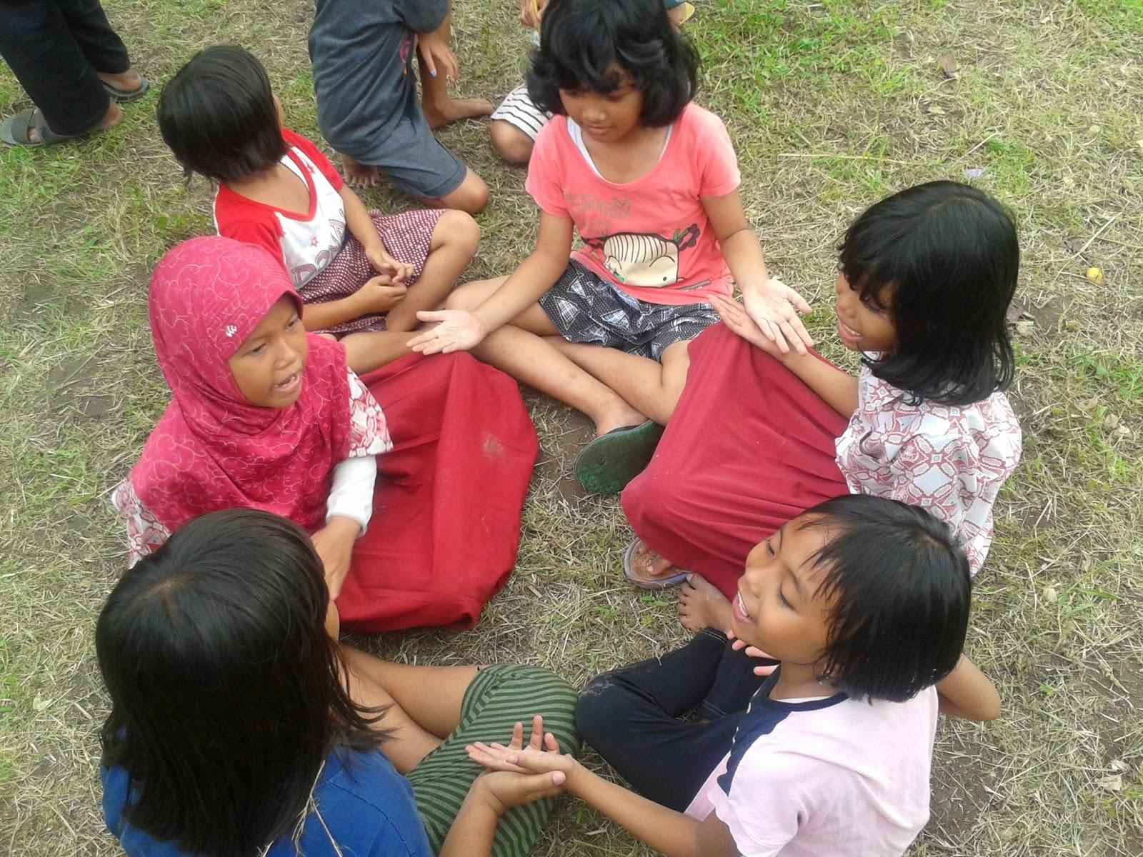 Bermain Cublak-cublak suweng (permainan Jawa Tengah)
