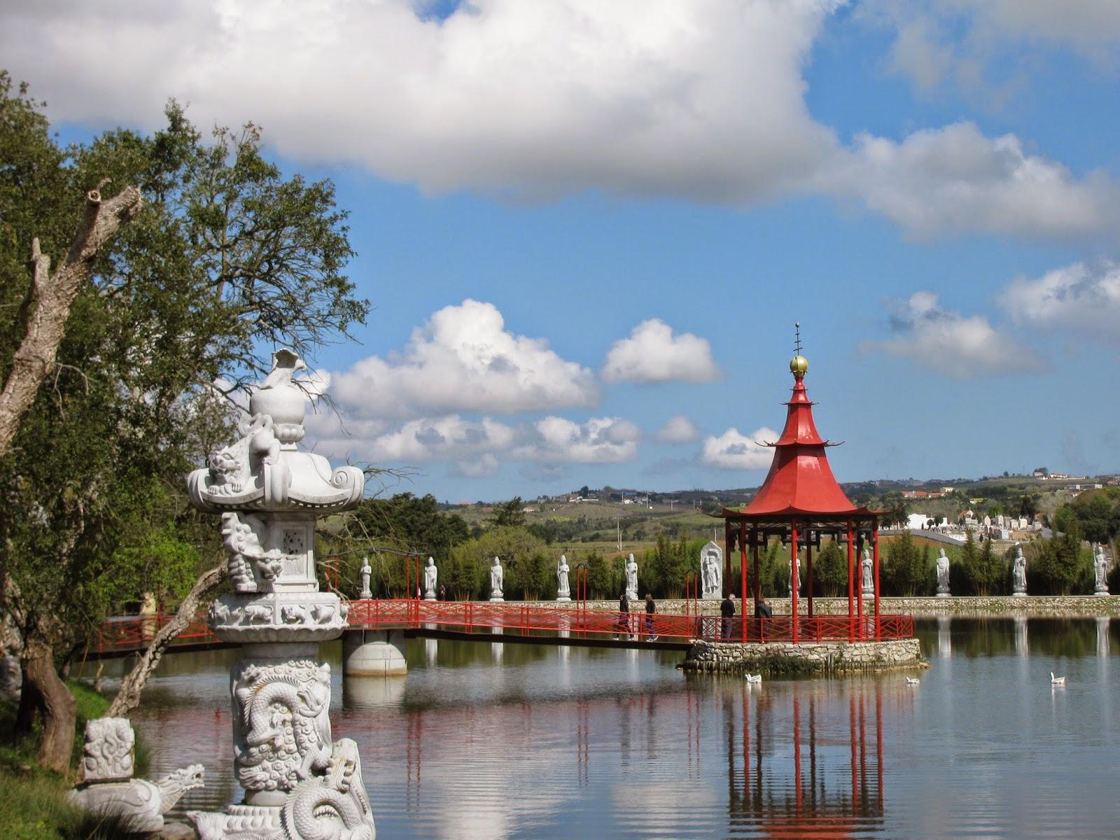 Mirador en el lago del Buddha Eden