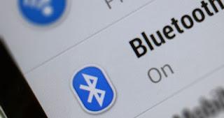 Bluetooth adalah sebuah teknologi komunikasi wireless (tanpa kabel) yang beroperasi dalam pita frekuensi 2,4 GHz unlicensed ISM (Industrial, Scientific and Medical) dengan menggunakan sebuah frequency hopping tranceiver yang mampu menyediakan layanan komunikasi data dan suara secara real-time antara host-host bluetooth dengan jarak jangkauan layanan yang terbatas (sekitar 10 meter). Bluetooth sendiri dapat berupa card yang bentuk dan fungsinya hampir sama dengan card yang digunakan untuk wireless local area network (WLAN) dimana menggunakan frekuensi radio standar IEEE 802.11, hanya saja pada bluetooth mempunyai jangkauan jarak layanan yang lebih pendek dan kemampuan transfer data yang lebih rendah.   Pada dasarnya bluetooth diciptakan bukan hanya untuk menggantikan atau menghilangkan penggunaan kabel didalam melakukan pertukaran informasi, tetapi juga mampu menawarkan fitur yang baik untuk teknologi mobile wireless dengan biaya yang relatif rendah, konsumsi daya yang rendah, interoperability yang menjanjikan, mudah dalam pengoperasian dan mampu menyediakan layanan yang bermacam-macam. Untuk memberi gambaran yang lebih jelas mengenai teknologi bluetooth yang relatif baru ini kepada pembaca, berikut diuraikan tentang sejarah munculnya bluetooth dan perkembangannya, teknologi yang digunakan pada sistem bluetooth dan aspek layanan yang mampu disediakan, serta sedikit uraian tentang perbandingan metode modulasi spread spectrum FHSS (Frequency Hopping Spread Spectrum) yang digunakan oleh bluetooth dibandingkan dengan metode spread spectrum DSSS (Direct Sequence Spread Spectrum). Latar Belakang Bluetooth Pada bulan Mei 1998, 5 perusahaan promotor yaitu Ericsson, IBM, Intel, Nokia dan Toshiba membentuk sebuah Special Interest Group (SIG) dan memulai untuk membuat spesifikasi yang mereka namai 'bluetooth'. Pada bulan Juli 1999 dokumen spesifikasi bluetooth versi 1.0 mulai diluncurkan. Pada bulan Desember 1999 dimulai lagi pembuatan dokumen spesifikasi bluetooth versi 2.0 de