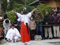 参拝者は頭をさげて白い湯気としぶきを浴びて新年の無事を願っていた。