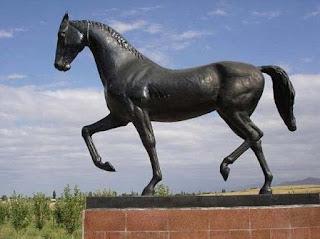 памятник коню Абсент