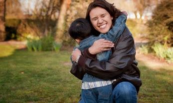 Só é possível ensinar uma criança a amar, amando-a.