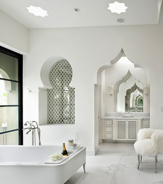 Baños Estilo Marroqui:Baño estilo marroquí en color blanco Un cuarto fresco y confortable