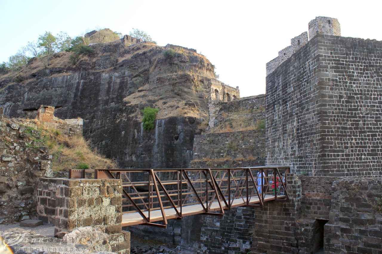 The narrow bridge which leads to the fort