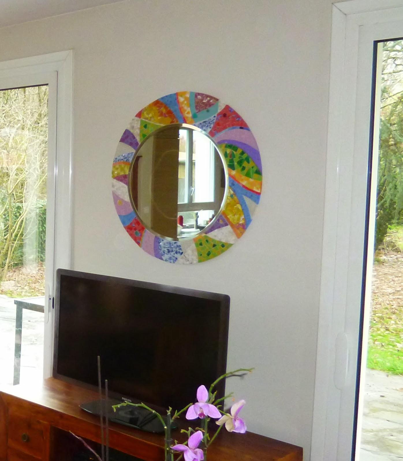 vente d'un miroir rond en mosaique pour décoration d'un salon de maison par mosaiste mimi vermicelle