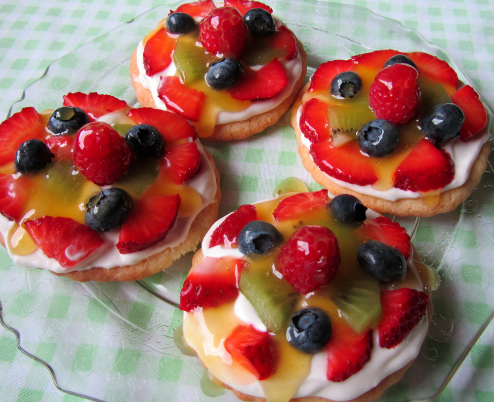 Mennonite Girls Can Cook: Mini Fruit Pizzas