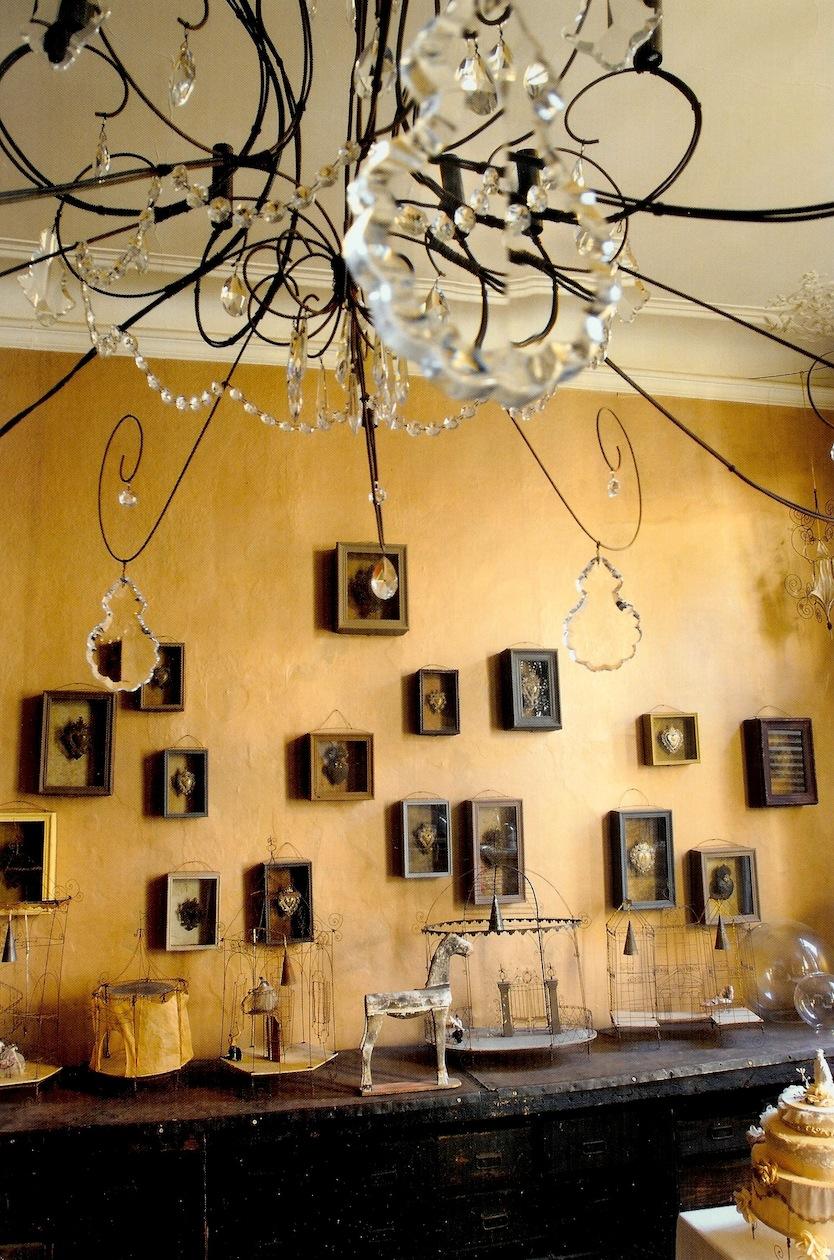 Arredamento Soggiorno : Boiserie c ocra gialli sfumati alle pareti