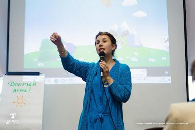 Виктория Бехтерева зажигает про сторителлинг) На проекторе уже грузится мультик про Смешариков в качестве примера истории